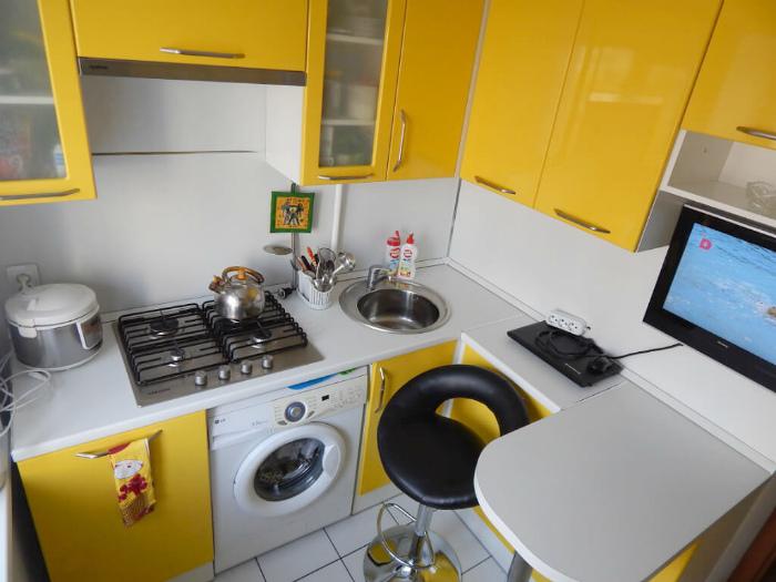 Кухня в бело-желтых тонах. | Фото: Yandex.