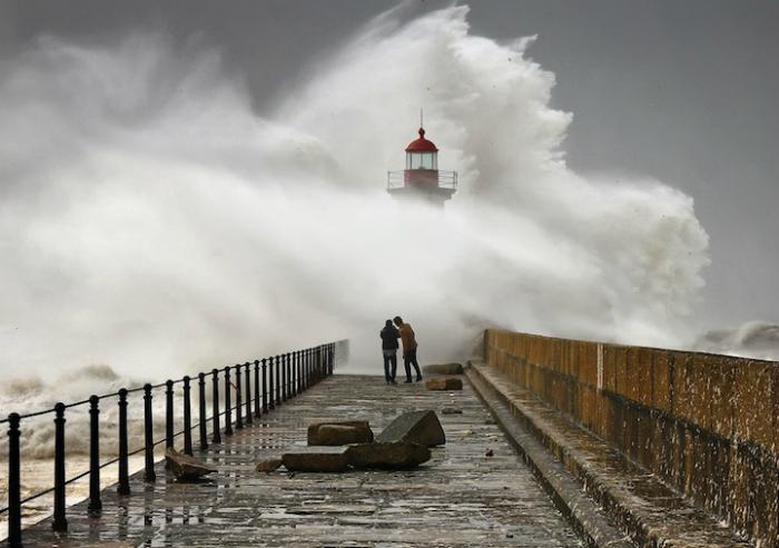 Штормовые волны Португалии.