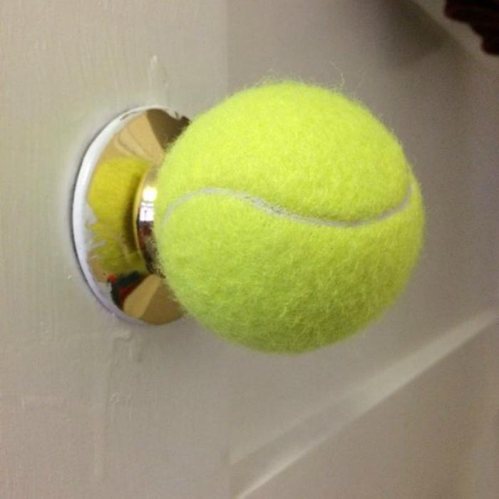 Дверная ручка из теннисного мячика.