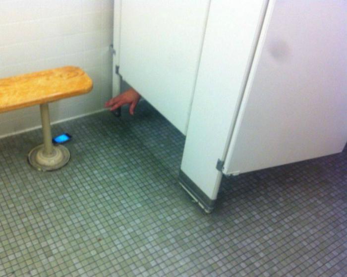 Оказался в туалетной западне.