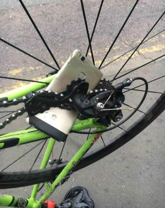 Каким бы хорошим не был смартфон, на такое он точно не рассчитан. | Фото: Diply.