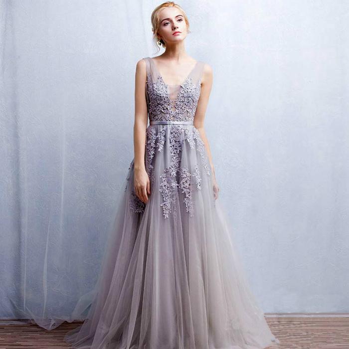Длинное платье в приглушенном оттенке.
