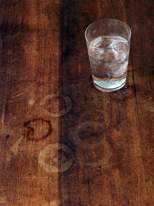Белые круги от стаканов и чашек на деревянных столешницах.
