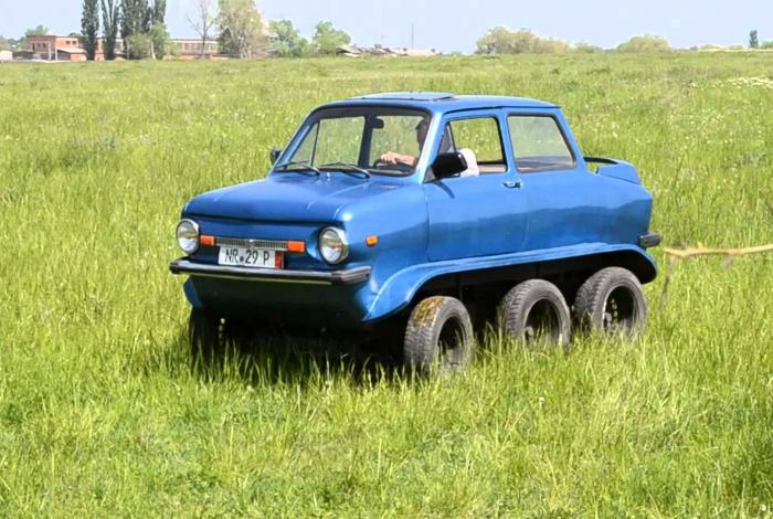 Два дополнительных колеса превратили Запорожец в вездеход.