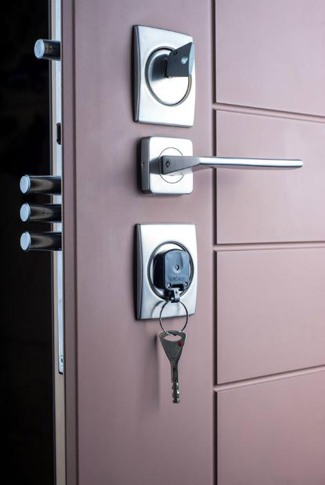 Установка бронированных дверей. | Фото: стальные двери.