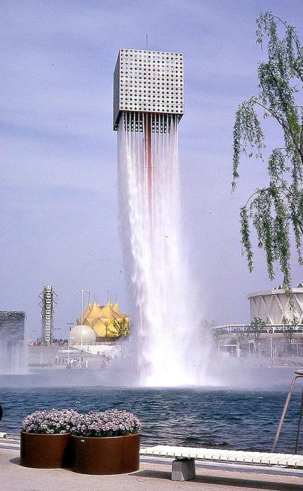 Парящие фонтаны в Осаке, Япония.