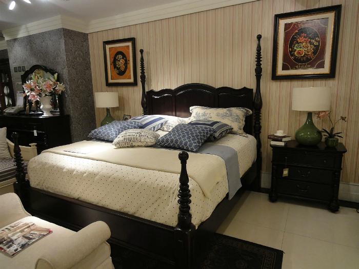 Высокая кровать в спальне. | Фото: Комфортория.