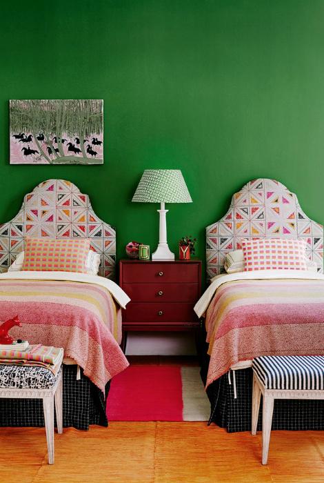 Спальня с зелеными стенами.