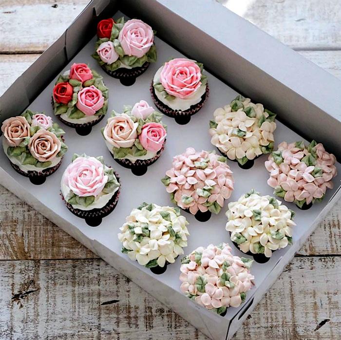 Капкейки, украшенные цветами.