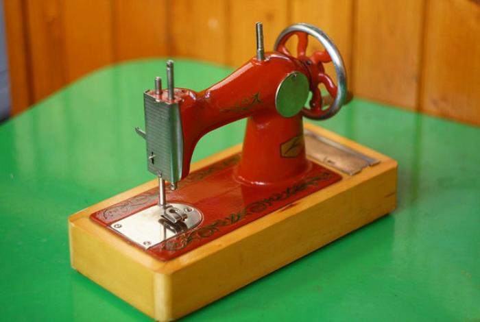 Маленькая швейная машинка.