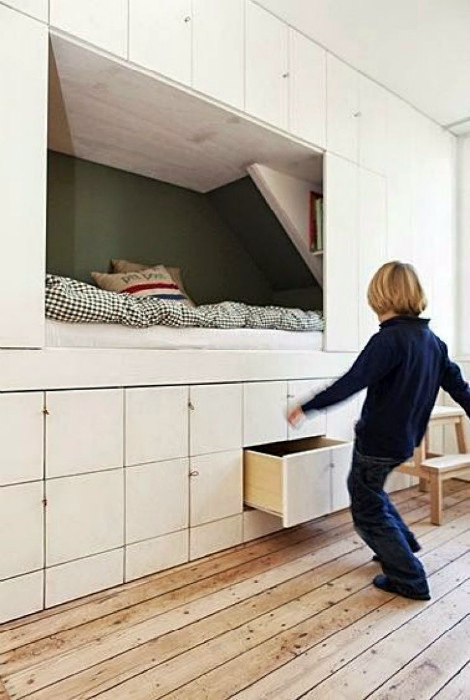 Стена со шкафчиками и кроватью в нише. | Фото: ensconet.info.