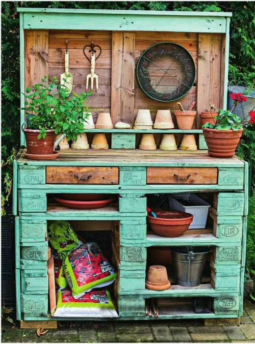 Садовый столик из деревянных поддонов. | Фото: Чёрт побери.