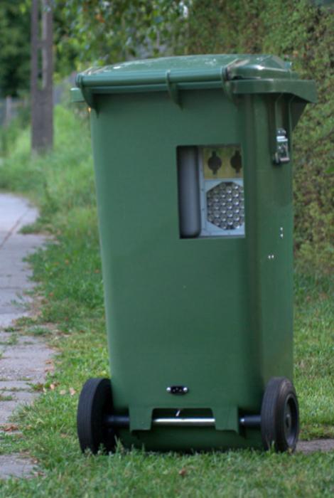 Водителям теперь стоит аккуратней проезжать мимо мусорных баков, в них может прятаться скрытая камера.