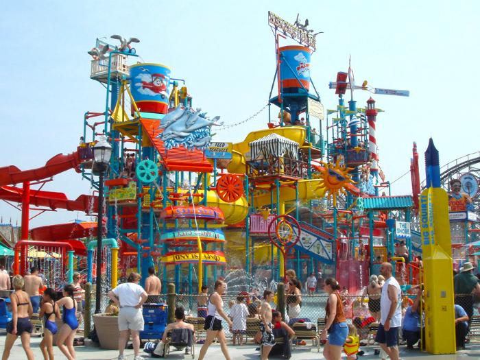 В центре парка находится, единственный в Америке, огромный аттракцион RainFortress AquaPlay. Это большая многоуровневая конструкция, которая выплескивает более трех тонн воды на посетителей.