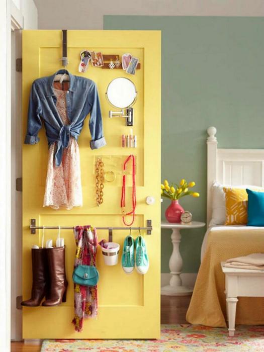 Яркая дверь с крючками. | Фото: Pinterest.