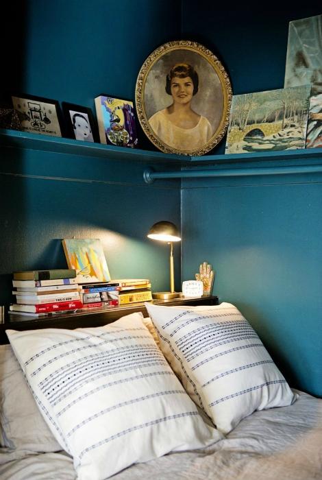 Небольшая спальня с благородными синими стенами.