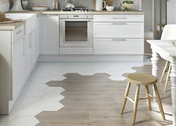 Комбинированное напольное покрытие на кухне. | Фото: Wolfweyr.com.