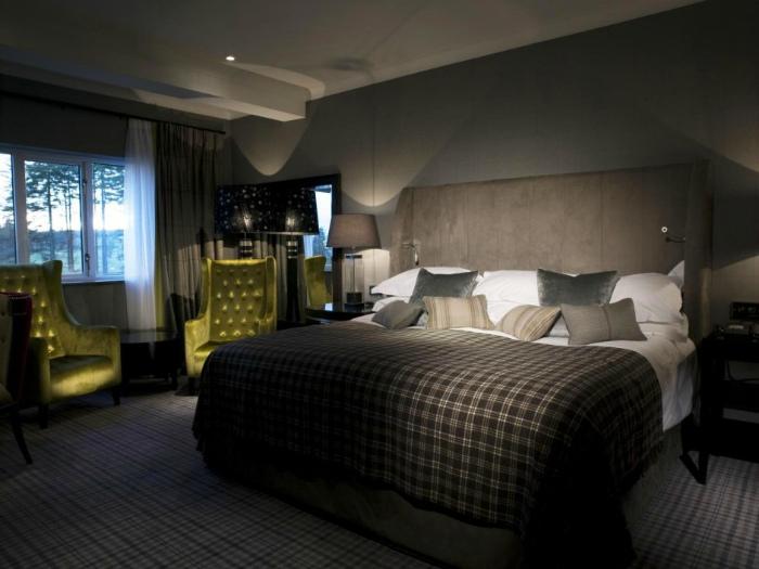 Мужская спальня в классическом стиле.