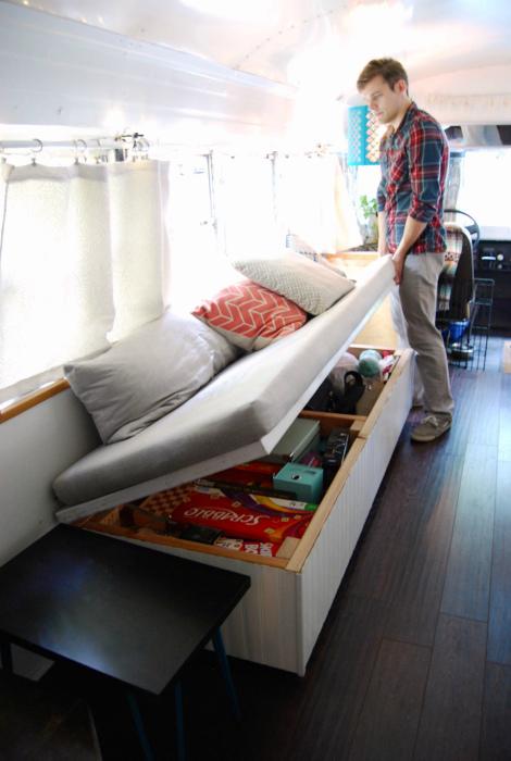 Большой ящик под диваном. | Фото: Pinterest.