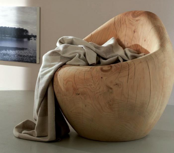 Деревянное дизайнерское кресло.