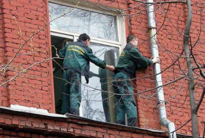 По мнению Novate.ru, это действие должно сопровождаться песней: «Наша служба и опасна и трудна»! | Фото: SpyNet - Спайнет.