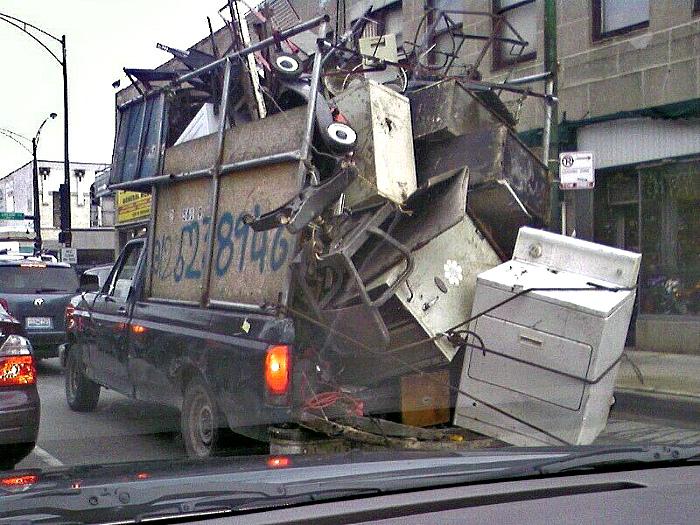 Если хорошо присмотреться, под всем этим мусором можно разглядеть очертания автомобиля.   Фото: Gumtree.