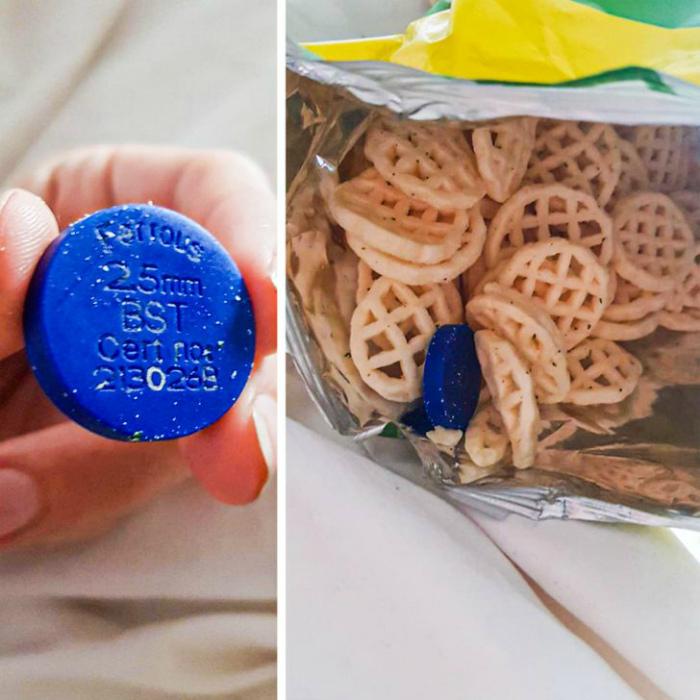 Металлическая фишка в пачке чипсов. | Фото: Ranker.