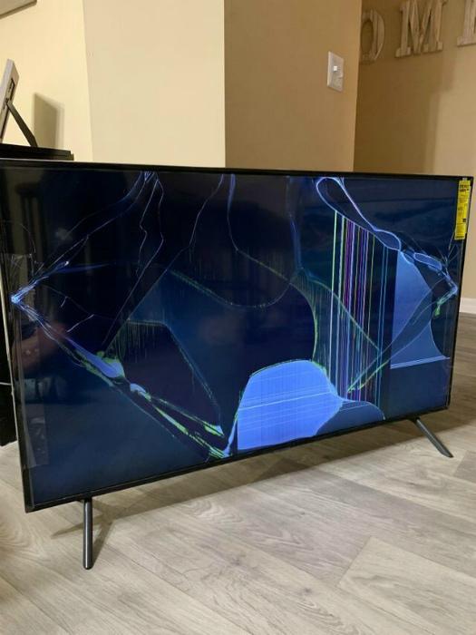 По мнению Novate.ru, этот телевизор не везли, а катили по асфальту. | Фото: Только Интересное.
