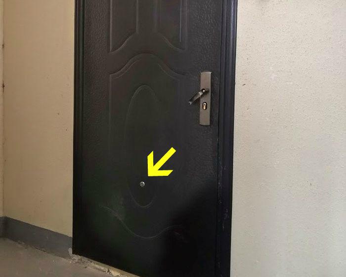 Что-то с этой дверью не так... | Фото: Тролльно.