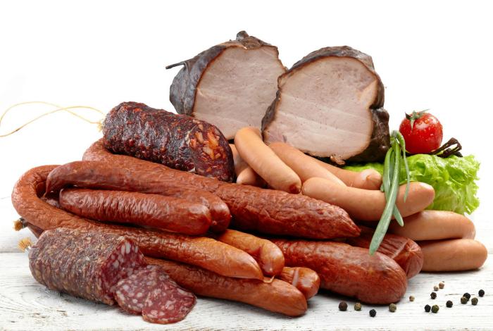 Копченое мясо и колбасы.