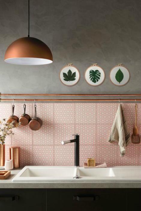 Серо-розовая кухня.