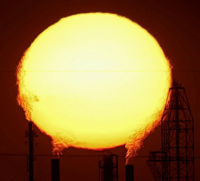 Восход солнца в промышленном городе.