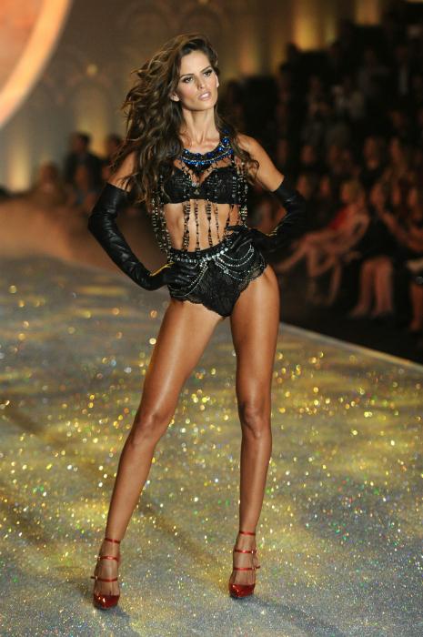 Изабель Гулар продемонстрировала откровенный, черный комплект белья.