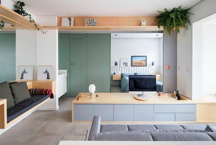 Невысокий подиум с нишами и шкафчиками. | Фото: Pictame.