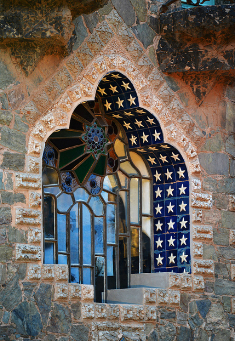 Причудливое окно в нише, украшенной каменной мозаикой. Дом Фигерас (Casa Figueras), Барселона, Испания.