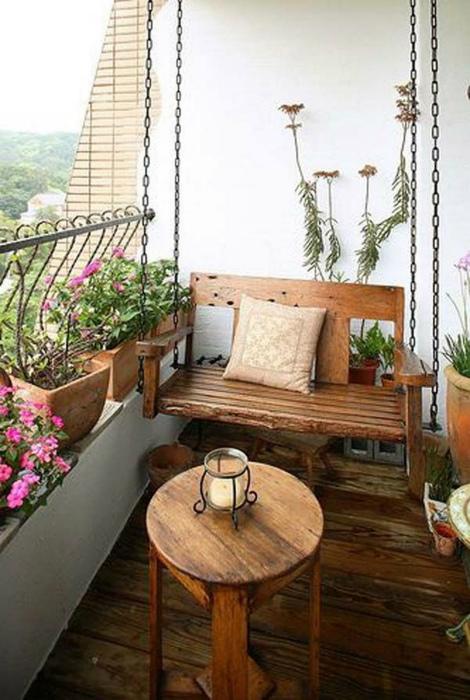 Деревянные качели на балконе. | Фото: Trendecora.
