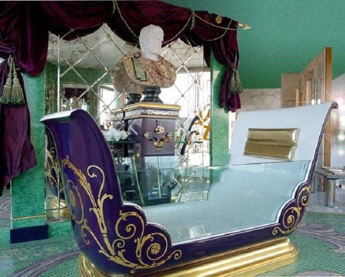 Ванна из стекла и металла, стилизованная под королевскую карету.