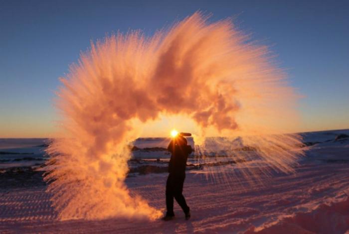 Водяной всплеск в Антарктиде.