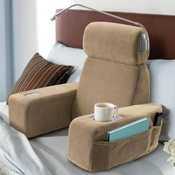 Мягкая массажная спинка с подлокотниками, удобными карманами для необходимых вещей и подсветкой.