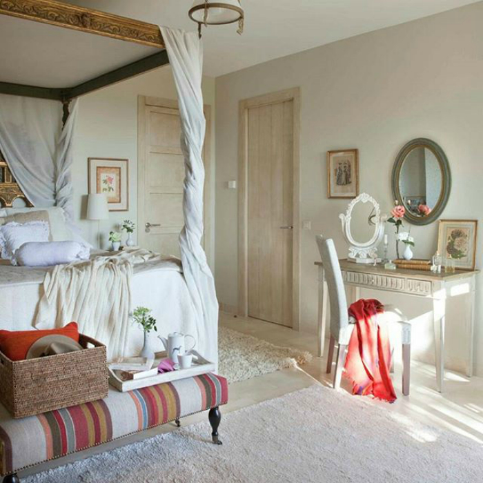 Спальня с элементами викторианского стиля.