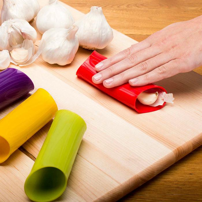 Приспособление, которое поможет легко очистить чеснок.