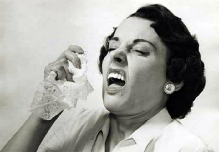 Сдерживать чих или чихать в ладонь. | Фото: Mamamia.