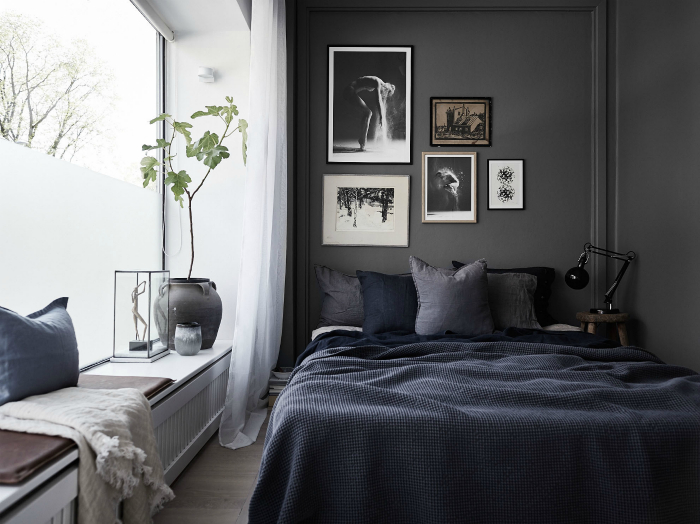 Маленькая спальня с черными стенами.