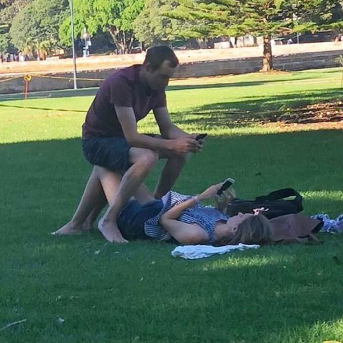Хорошо устроился на коленях у девушки.