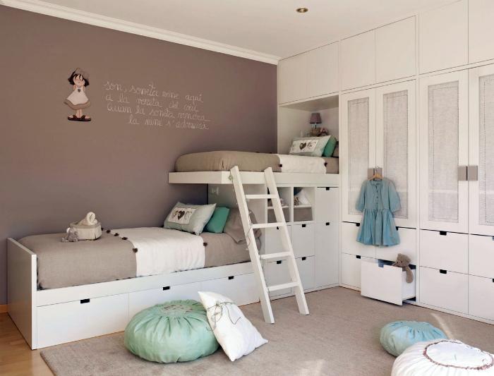 Оригинальная двухъярусная кровать со встроенными выдвижными ящиками.