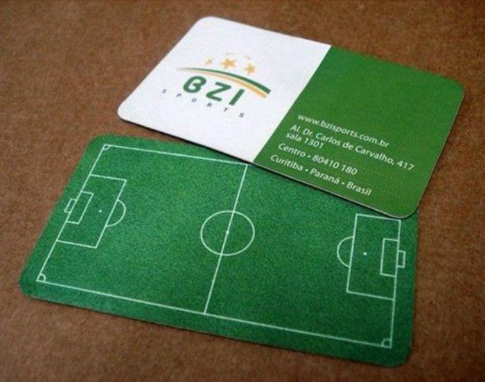 Визитка с изображением футбольного поля.