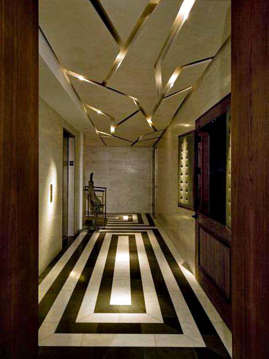 Фигурный навесной потолок с подсветкой.