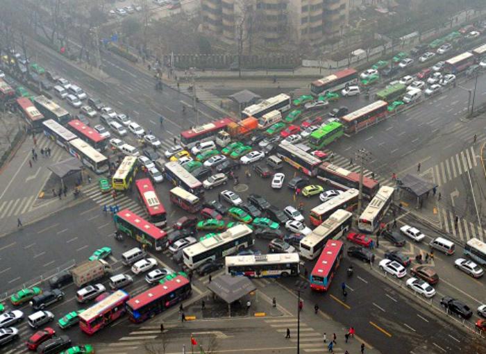 Странное и опасное дорожное движение.