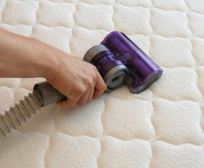 Чистка матраса при помощи пылесоса.   Фото: Матрасы Венето.