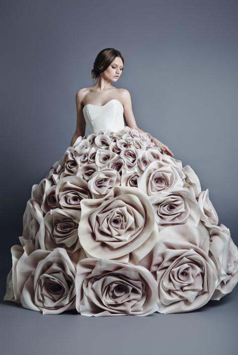 Платье, украшенное розами.